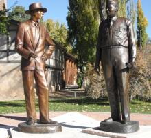 Oppenheimer & General Groves immortalized by Susanne Vertel in bronze in Los Alamos. Photo courtesy of the Los Alamos Historical Museum Archives.